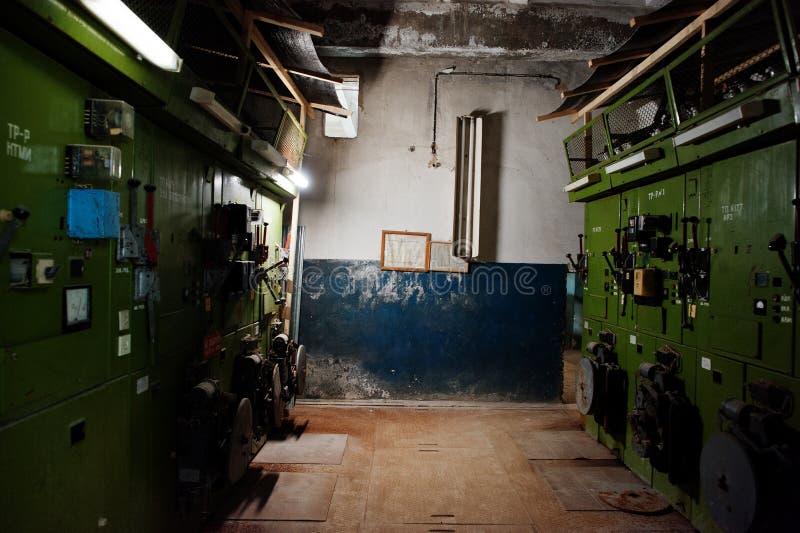 Industrieel binnenland van een oude verlaten fabriek Het schakelbord van het Eectricalschild met hoogspanning royalty-vrije stock afbeeldingen