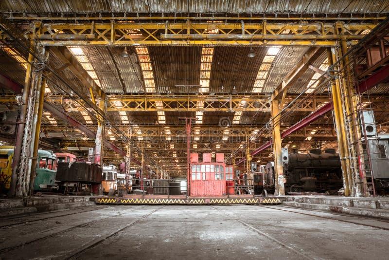 Industrieel binnenland van een post van de voertuigreparatie stock foto