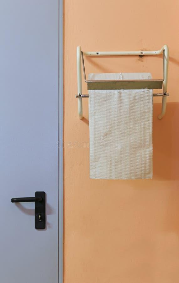 Industrieel broodje van absorberend document om handen en oppervlakten af te vegen wij stock afbeelding