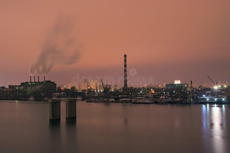 Industrieel deel van de stad de fabriek werkt bij nacht De rook komt uit de schoorstenen stock afbeeldingen