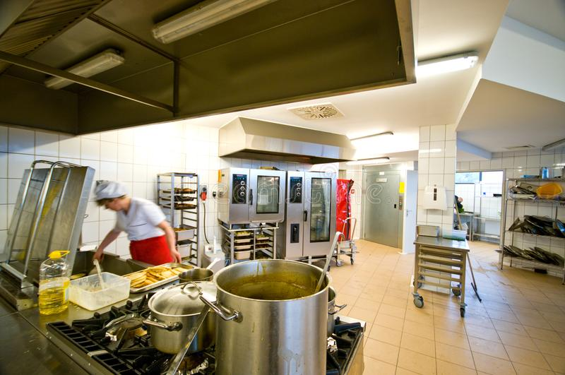 Industrieel keukenbinnenland met bezige koks royalty-vrije stock afbeeldingen