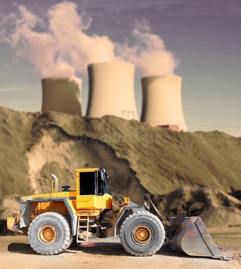 Industrieel landschap met groot graafwerktuig. stock afbeelding