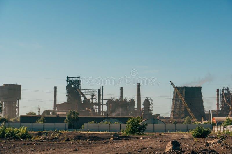 Industrieel landschap, schoorstenen met rook van elektrische centrale of fabriek royalty-vrije stock afbeelding
