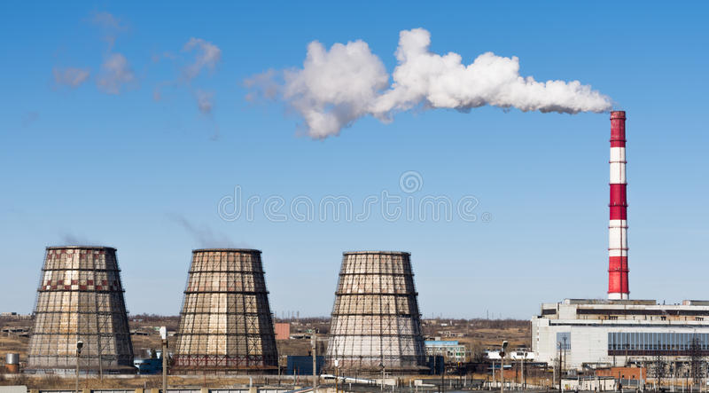 Industrieel landschap Thermische elektrische centrale met rokende schoorstenen royalty-vrije stock fotografie