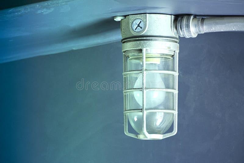 Industrieel licht met explosiebestendige dekking royalty-vrije stock afbeelding