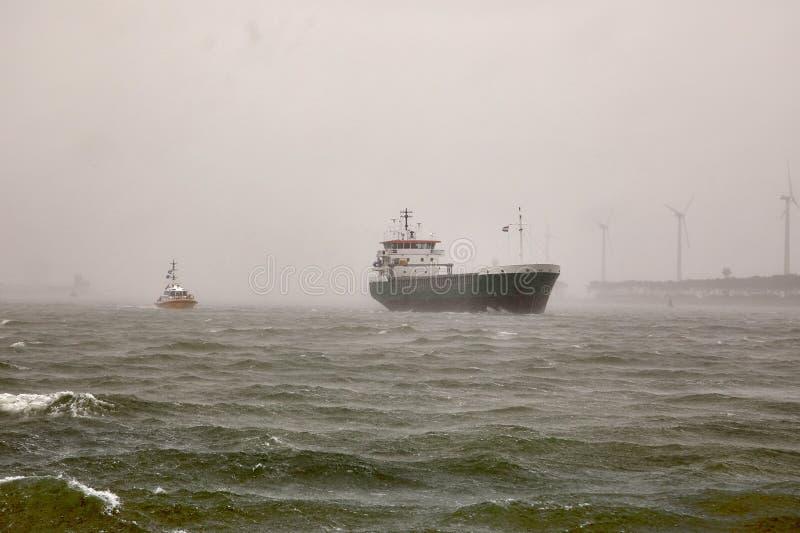 Industrieel schip in stomyweer royalty-vrije stock fotografie
