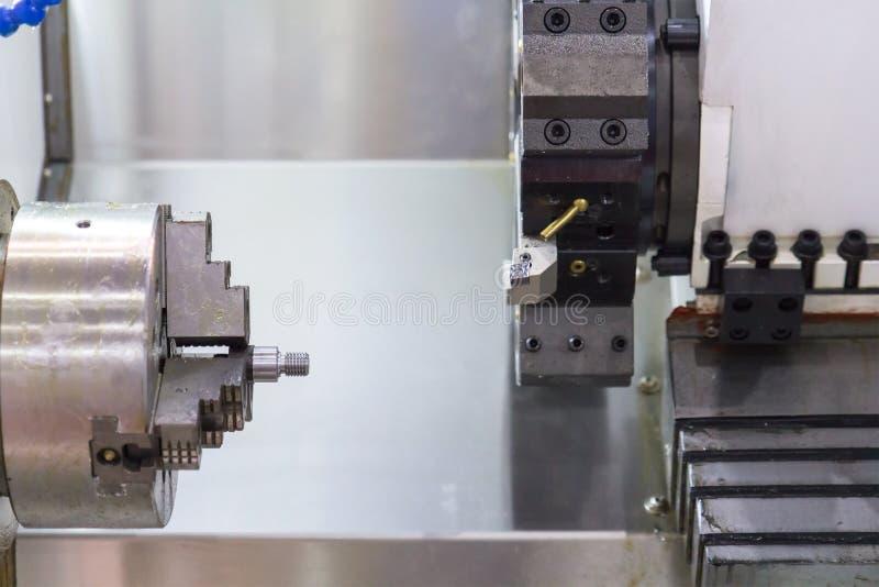 Industrieel werkstuk die proces machinaal bewerken door CNC draaibank royalty-vrije stock afbeeldingen