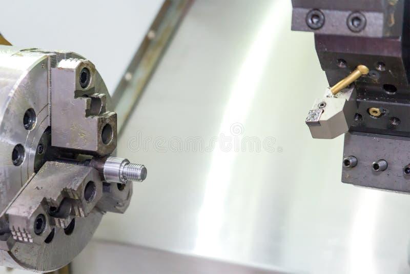 Industrieel werkstuk die proces machinaal bewerken door CNC draaibank royalty-vrije stock foto
