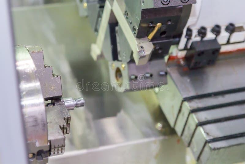 Industrieel werkstuk die proces machinaal bewerken door CNC draaibank stock fotografie