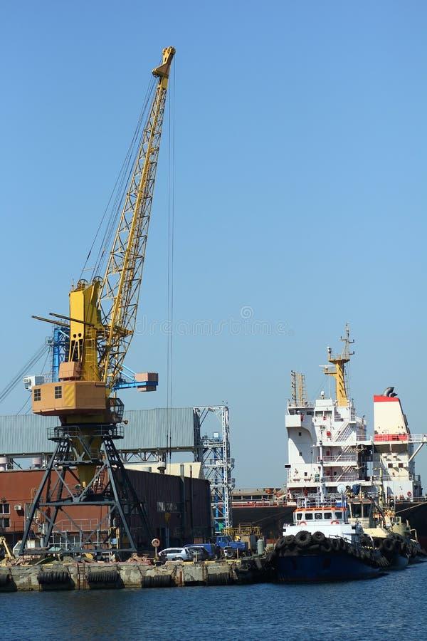 Industrieel zicht van zeehavenpakhuis, containerkranen en schepen Import export, wereldwijde logistiek stock afbeelding