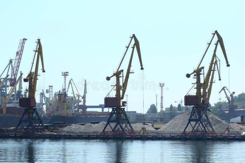 Industrieel zicht van zeehavenpakhuis, kranen en schepen Import export, wereldwijde logistiek royalty-vrije stock afbeeldingen