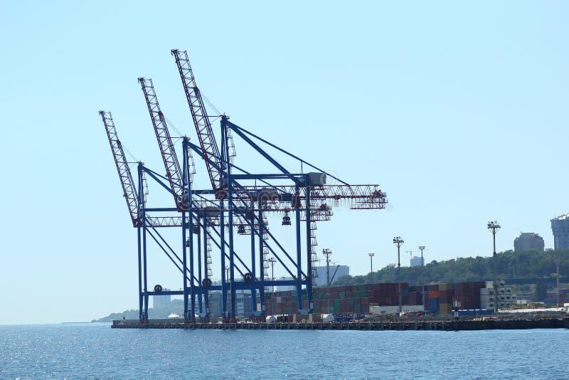 Industrieel zicht van zeehavenpakhuis, laadkisten en kranen voor het uitstrooien van containers Import export, wereldwijde logist stock fotografie