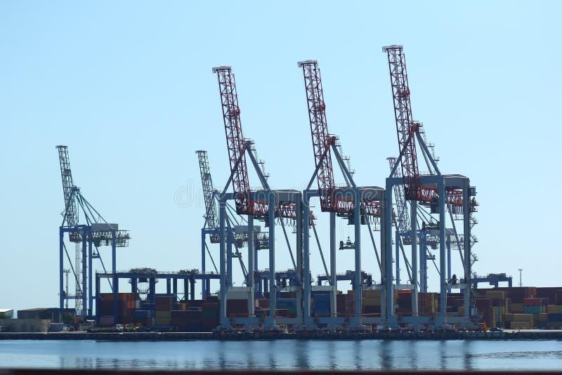 Industrieel zicht van zeehavenpakhuis, laadkisten en kranen voor het uitstrooien van containers Import export, wereldwijde logist stock afbeeldingen