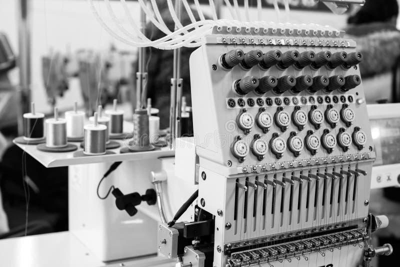 Industrieel zwart-wit naaimachineclose-up, royalty-vrije stock foto's