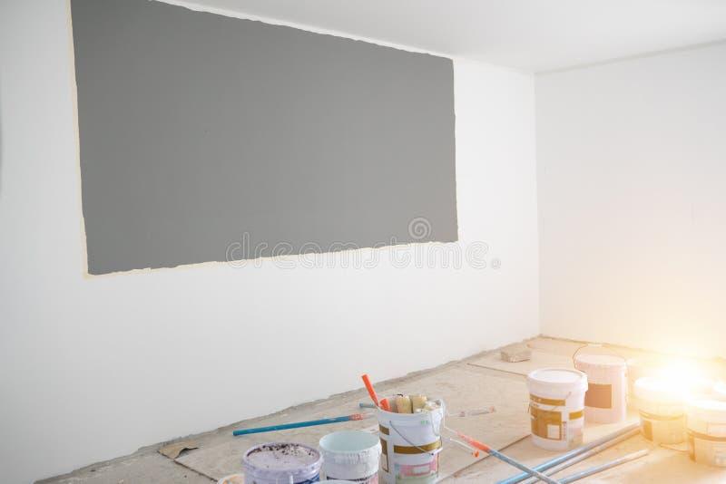 Industriefarbmalereiwand im Raum lizenzfreies stockbild