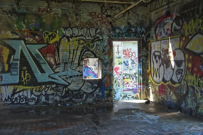 Industriegebäude Innen mit bunten Graffiti stockbilder