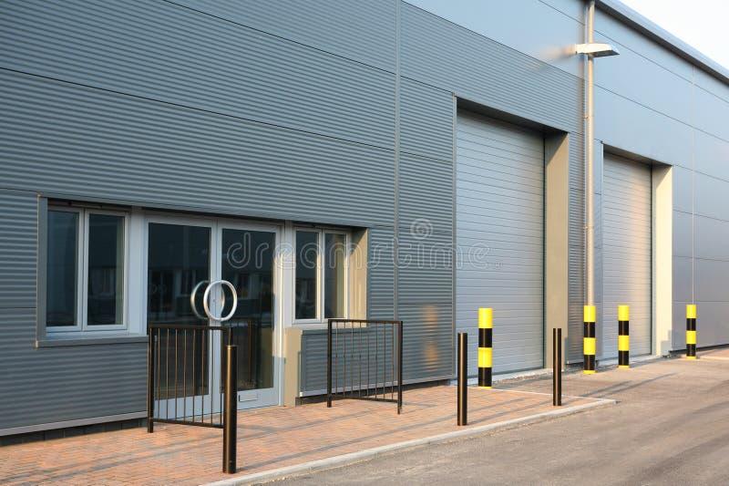 Industriegebäude-Maßeinheits-Türen lizenzfreie stockbilder