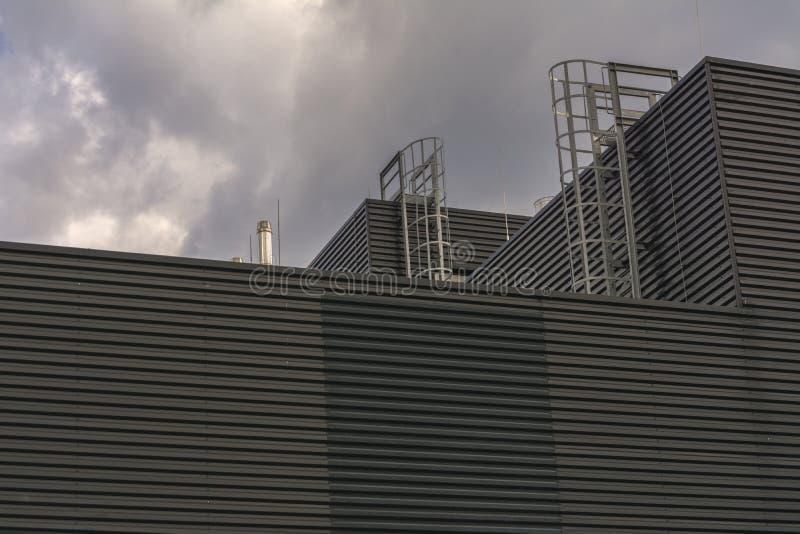 Industriegebäude ohne Windows mit Leitern auf dem Dach stockfotos