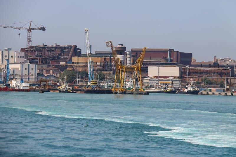 Industriegebiet auf der Küste von tyrrhenischem Meer Piombino, Italien stockbild