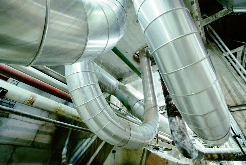 Industriegebiet, Stahl leitet blaue Töne durch Rohre lizenzfreies stockfoto