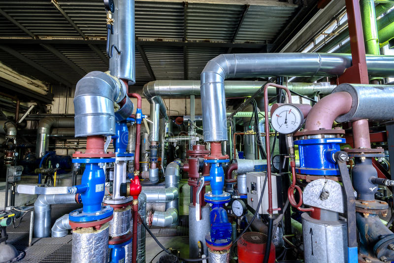 Industriegebiet, Stahlrohrleitungen und Ausrüstung in der thermischen Energie stockfotografie