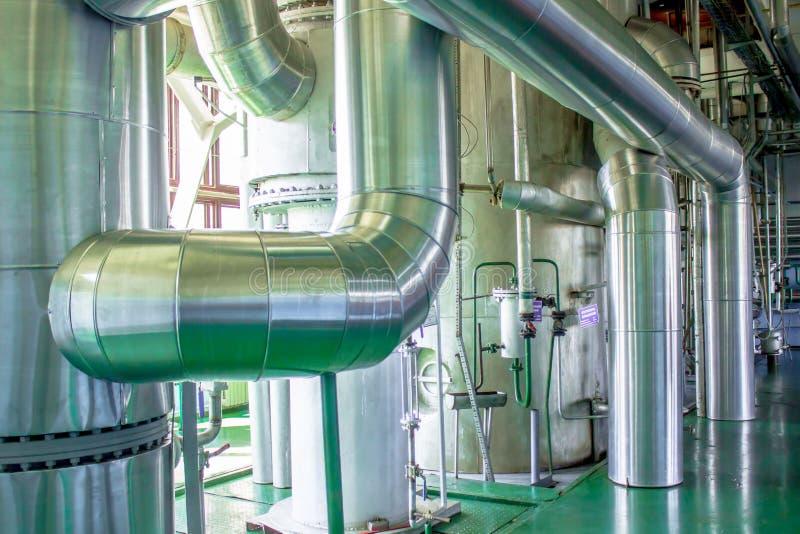 Industriegebiet, Stahlrohrleitungen und Kabel stockfotografie