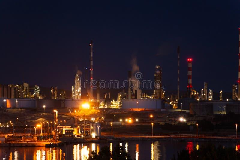 Industriegelände Port de Bouc nachts, Frankreich stockfoto