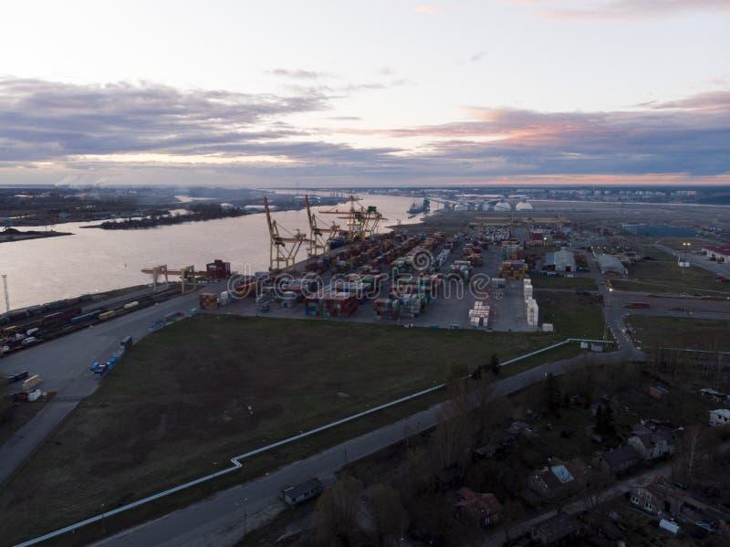 Industriehafen mit Behältern Seefracht, zum durch Kran im Export, im Importgeschäft und in der Logistik zu beherbergten Wassertra lizenzfreies stockfoto