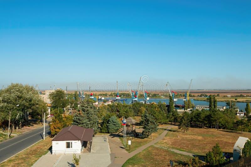 Industriehafen mit Kran lizenzfreies stockfoto