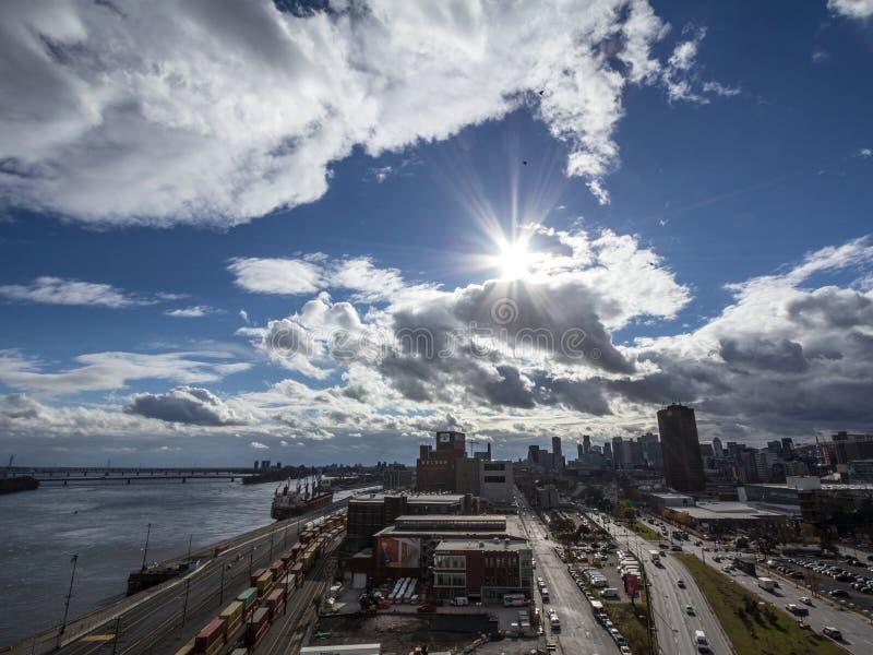 Industriehafen von Montreal, Quebec mit einem Bahnyard und einem Frachtschiff, die Skyline und das Mittelgeschäftsgebiet gegenübe lizenzfreie stockbilder