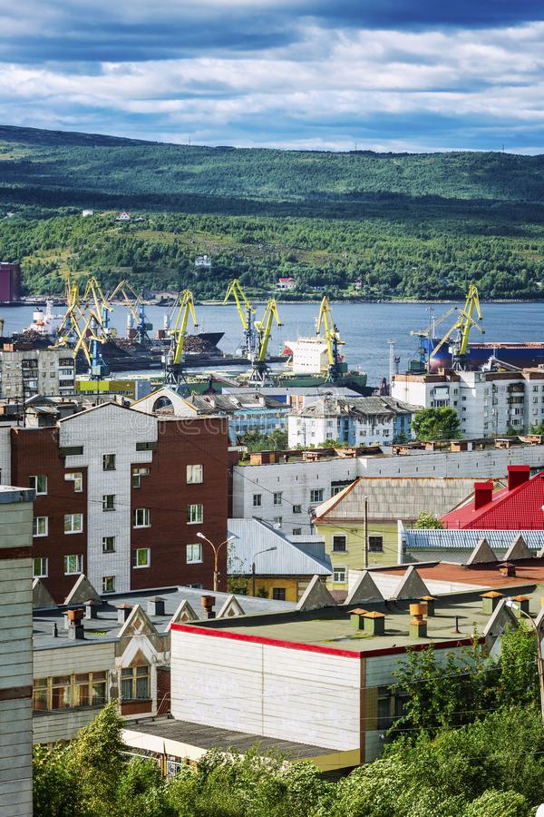 Industriehafenstadt, -h?user und -schiffe gegen den blauen Himmel und die sch?ne Natur stockfoto