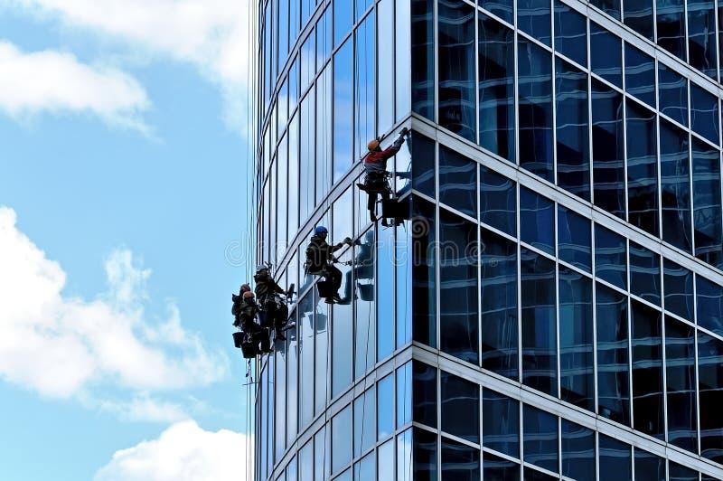 Industrieklettererwäschefenster des Wolkenkratzers lizenzfreies stockbild