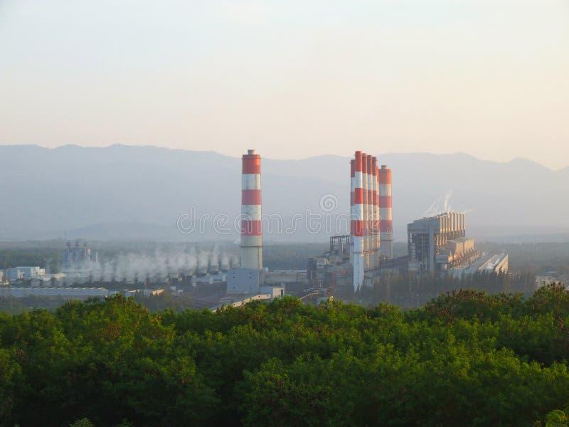 IndustriekohleKraftwerk mit Schornstein Gen des elektrischen Stroms stockfotografie