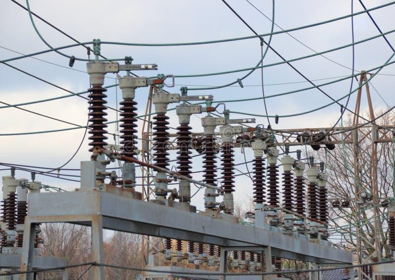 Industriekraftwerk mit Hochspannungsleitung lizenzfreies stockbild