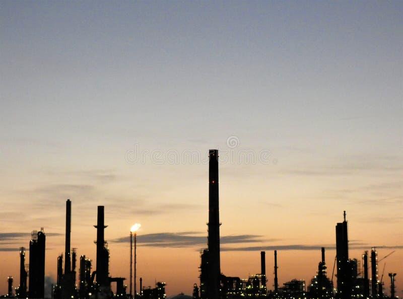 Industrielandschaft in der Dämmerung lizenzfreie stockfotografie