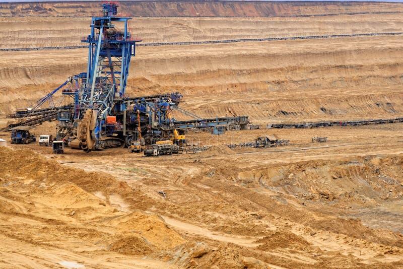 Industrielandschaft eines Arbeitsbergwerkes stockfotos