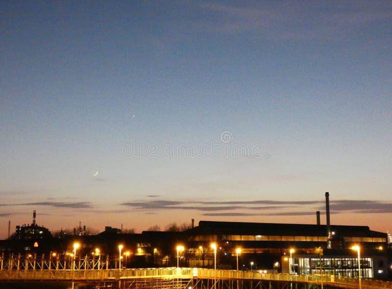 Industrielandschaft im Bereich Rotterdams Botlek an der Dämmerung lizenzfreie stockfotos