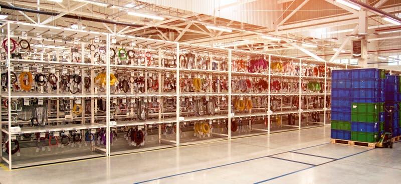 Industrielandschaft mit Kästen und Gestellen von Drähten in einer modernen Anlage für die Produktion der elektrischen Verdrahtung lizenzfreies stockbild