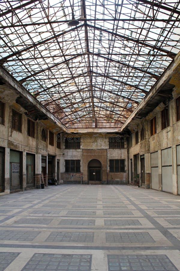 industriell övergiven korridor arkivbilder