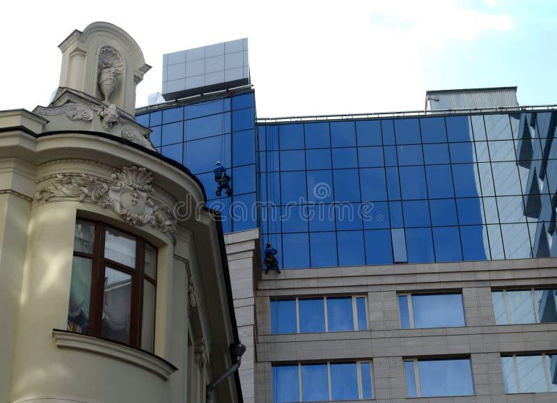 Industriell alpinism Fönsterpackningar på Lotte Hotel Moscow royaltyfri bild