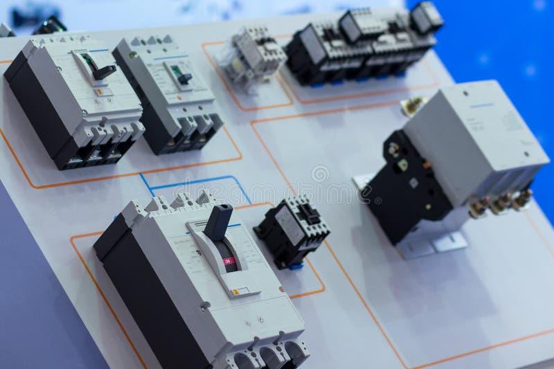 Industriell automatisk strömbrytare på ställningen fotografering för bildbyråer