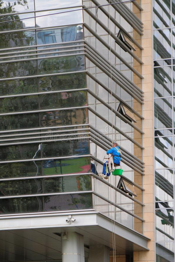 Industriell bergsbestigning, vagga-klättrare på byggnadsfasad petersburg russia st royaltyfri bild