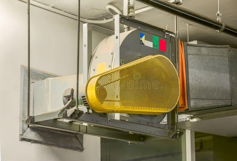Industriell centrifugal fan i ventilationssystem arkivfoto