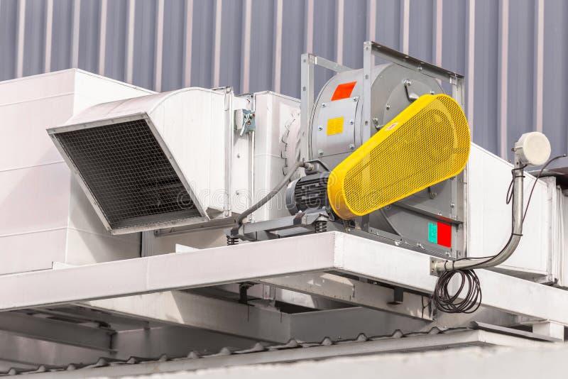 Industriell centrifugal fan och avgasrörlufthål av industriell luft c royaltyfri foto