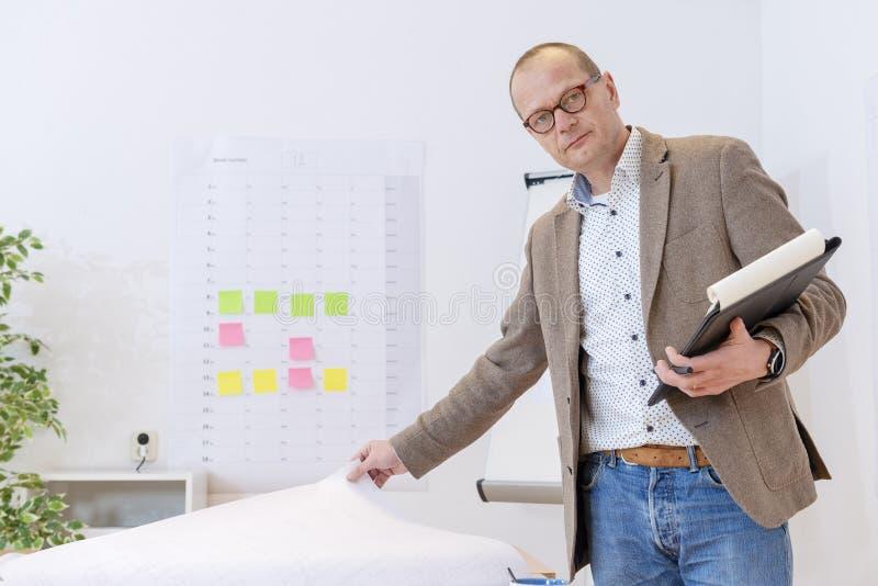 Industriell chef som kontrollerar och planerar fotografering för bildbyråer