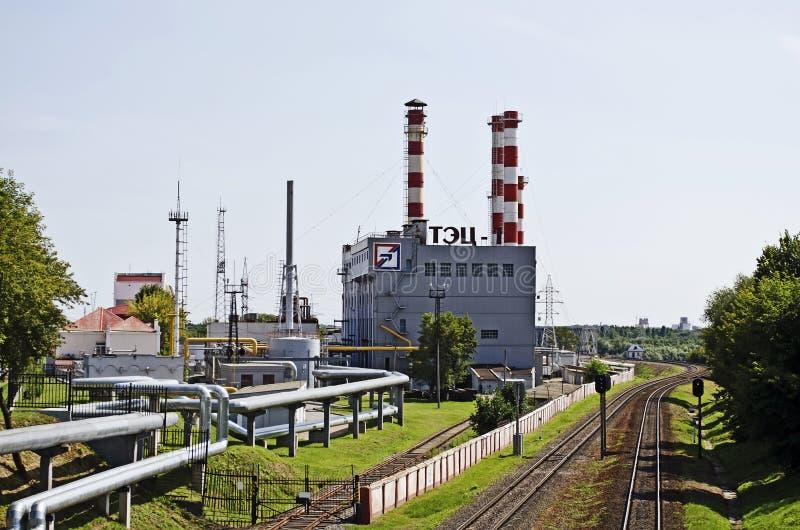 Industriell cityscape - byggande CHP i Gomel arkivbild