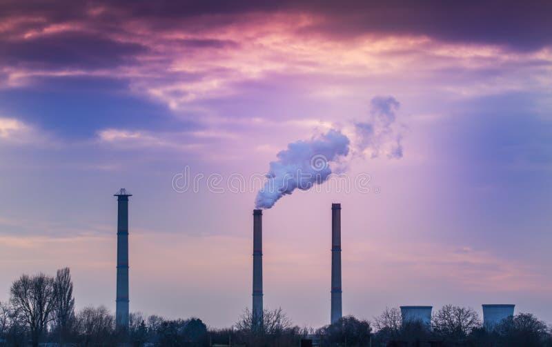 Industriell cityscape med kolkraftväxten och rökbuntar arkivfoton