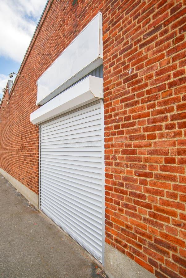 Industriell dörr för rullslutaregarage arkivfoto