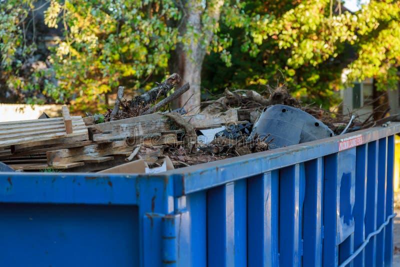 Industriell dumpster som fylls med skräp arkivbild