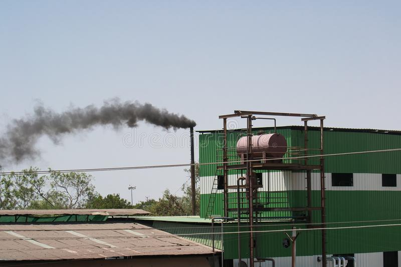 Industriell föroreningsvartrök arkivfoton